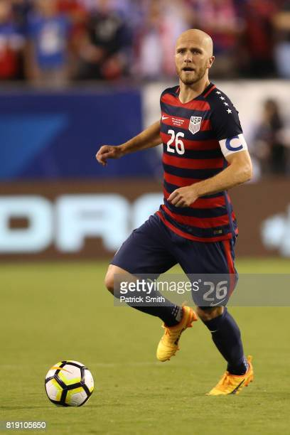 Michael Bradley of the United States dribbles the ball El Salvador in the second half during the 2017 CONCACAF Gold Cup Quarterfinal at Lincoln...