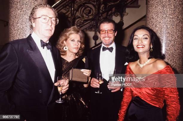 Michael Caine et Roger Moore et leurs épouses lors d'une soirée à l'Opéra Comique à Paris le 4 décembre 1990 France