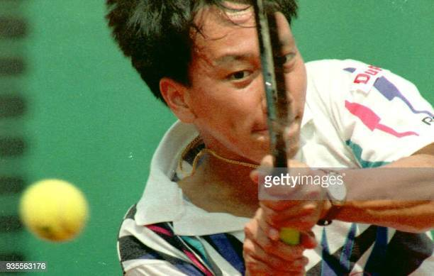Michael Chang slams a backhand to his Argentine opponent Marco Aurelio Gorriz during his second round match in the French Open 29 May at Roland...