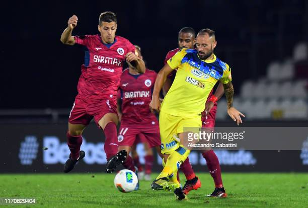 Michael De Marchi of AS Cittadella competes for the ball with Gennaro Scognamiglio of Pescara Calcio during the Serie B match between Cittadella and...