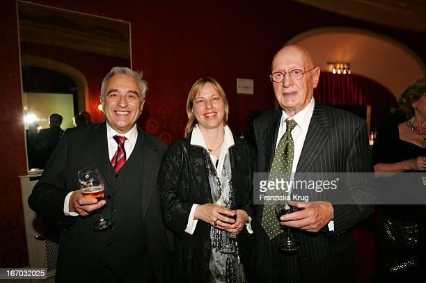 Michael Degen Mit Seiner Ehefrau Susanne Sturm Und Wolfgang Menge Bei Der Verleihung Des Henri Nannen Preis Im Deutschen Schauspielhaus In Hamburg