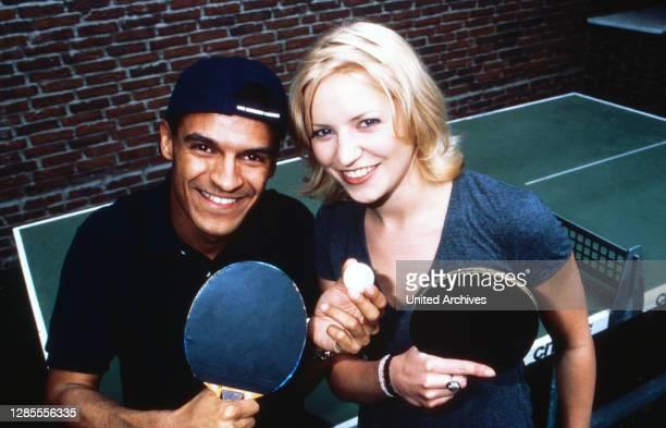 Michael Dierks und Diana Staehly, beide Schauspieler, beim Tischtennis, Deutschland 1999.