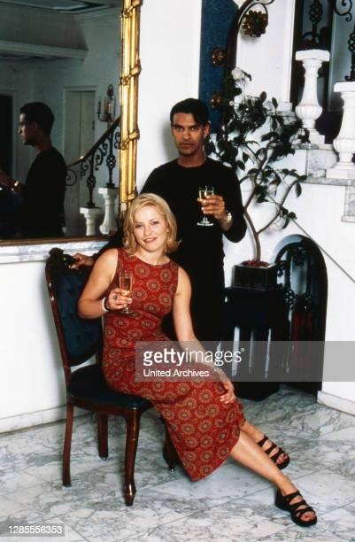 Michael Dierks und Diana Staehly, beide Schauspieler, genießen ein Glas Sekt, Deutschland 1999.