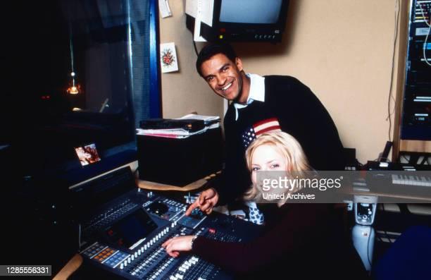 Michael Dierks und Diana Staehly, beide Schauspieler, im Tonstudio, Deutschland 1999.