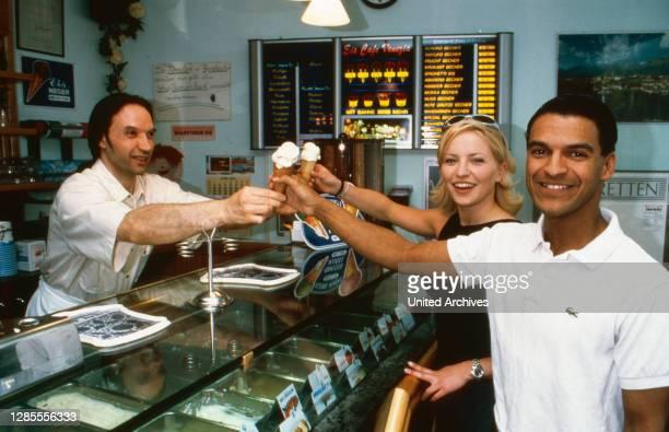 Michael Dierks und Diana Staehly, beide Schauspieler, kaufen sich ein Eis in einer Eisdiele, Deutschland 1999.