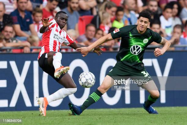 Michael Edwards of VfL Wolfsburg and Jordan Teze of PSV Eindhoven battle for the ball during the pre-season friendly match between PSV Eindhoven and...
