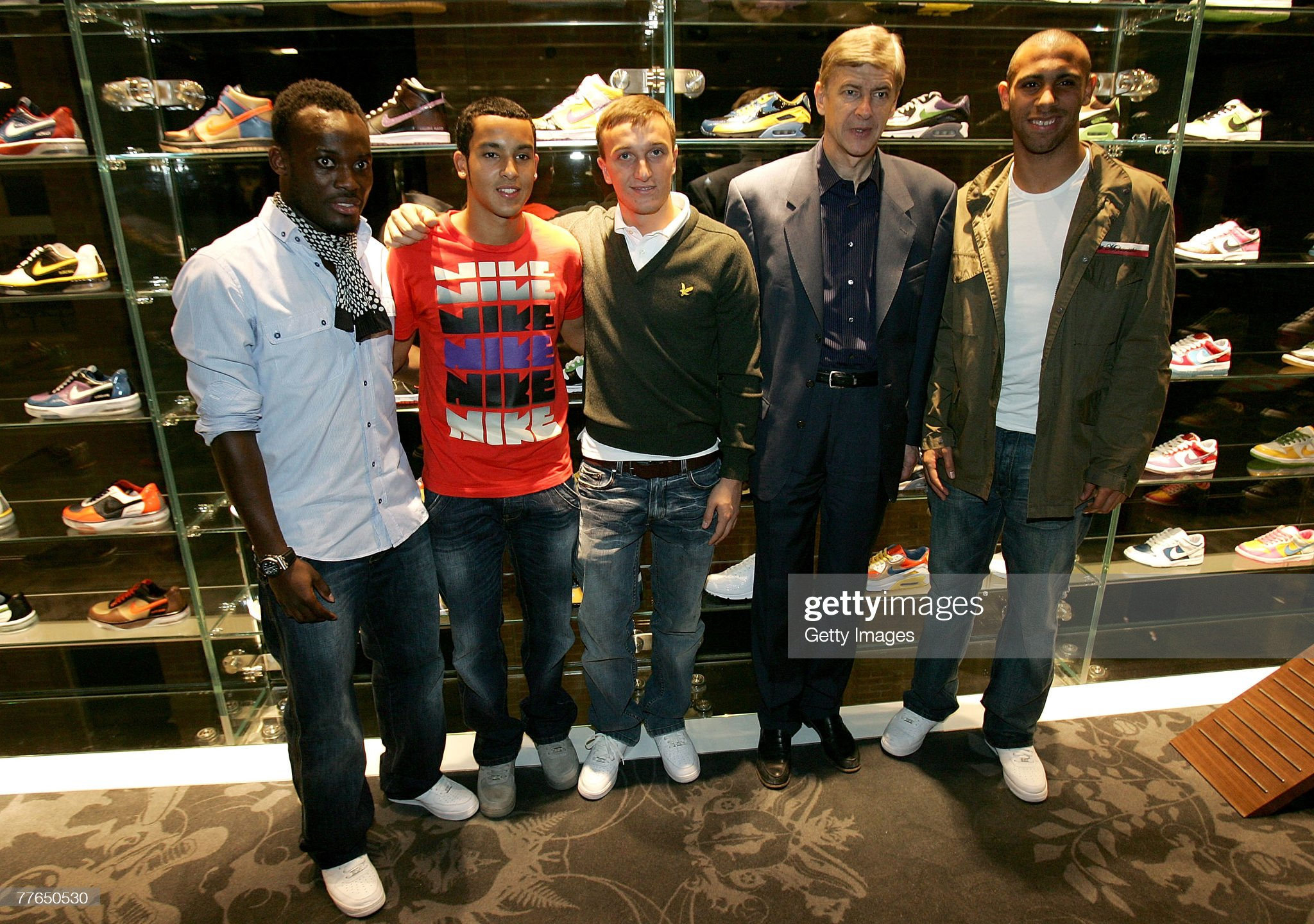 ¿Cuánto mide Mark Noble? - Altura - Real height Michael-essien-theo-walcott-mark-noble-arsene-wenger-and-anton-pose-picture-id77650530?s=2048x2048