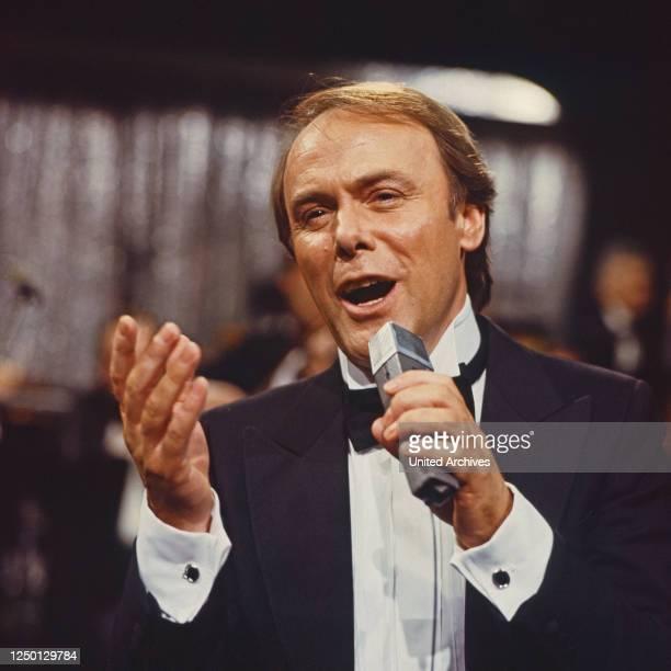"""Michael Heltau moderiert die Musiksendung """"Liedercircus"""", Deutschland 1980er Jahre."""
