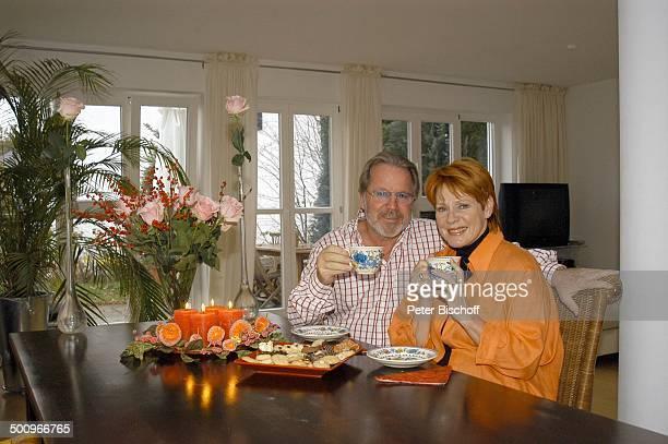 Michael Hinz , Ehefrau Viktoria Brams , , Ammerland/Starnberger See, Ehemann, Ehepaar, Wohnzimmer, Tisch, Rosen, Blumen, Kaffee, Gebäck, Kekse,...