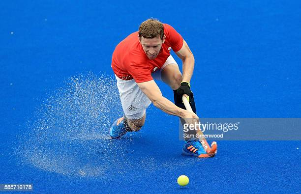 Michael Hoare of Great Britain makes a pass during a training session against the Argentina in the Olympic Hockey Center on August 3, 2016 in Rio de...