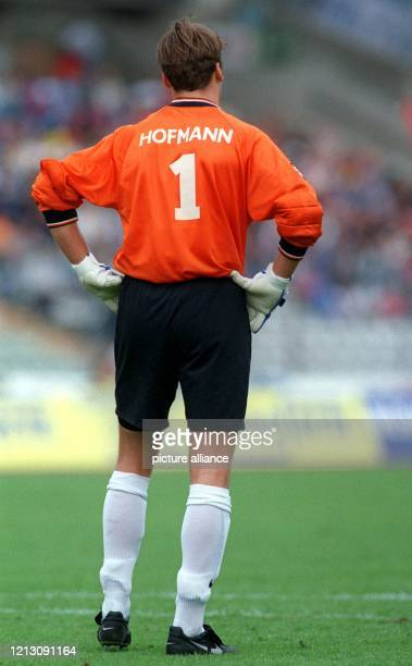 Michael Hofmann, der Torhüter von München 1860, beobachtet am 22.8.1998 im Frankfurter Waldstadion, vor seinem Tor stehend, das Spielgeschehen....