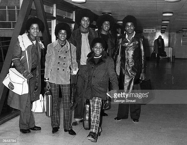 Michael Jackson And His Brothers Jackie Tito Marlon Jermaine The Five At Heathrow Airport