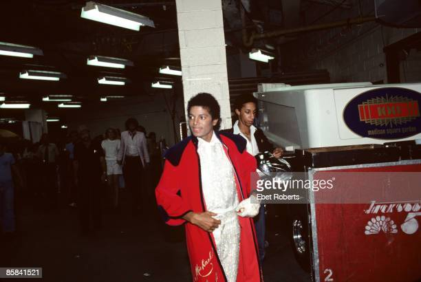 GARDEN Photo of Michael JACKSON and JACKSON FIVE Michael Jackson backstage in robe Jackson 5 Triumph tour