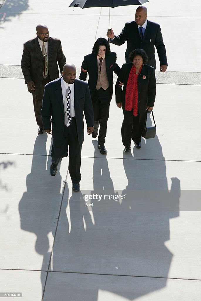 Michael Jackson (C) arrives with his mother Katherine Jackson (R) for his child molestation trial at the Santa Barbara County Courthouse May 18, 2005 in Santa Maria, California. Jackson is charged in a 10-count indictment with molesting a boy, plying him with liquor and conspiring to commit child abduction, false imprisonment and extortion. He has pleaded innocent.
