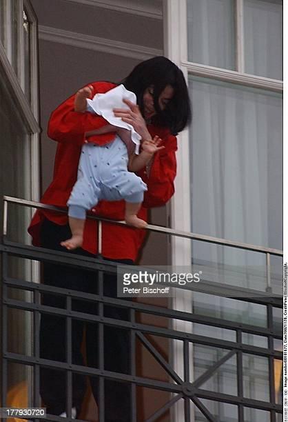 Michael Jackson Baby Prince Michael II vor Verleihung vom Ehren'Bambi' für sein Lebenswerk Balkon Hotelzimmer Hotel' Adlon' Berlin Deutschland Europa...