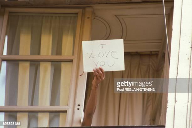 Michael Jackson d'une fenetre de l'hotel Crillon montre a ses fans une pancarte avec 'I Love You' ecrit dessus le 23 juin 1988 a Paris France
