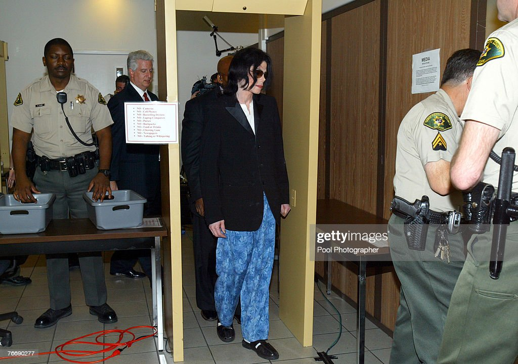 Michael Jackson enters the courthouse after arriving late at Santa Barbara County Superior Court on March 10, 2005 in Santa Maria, California.