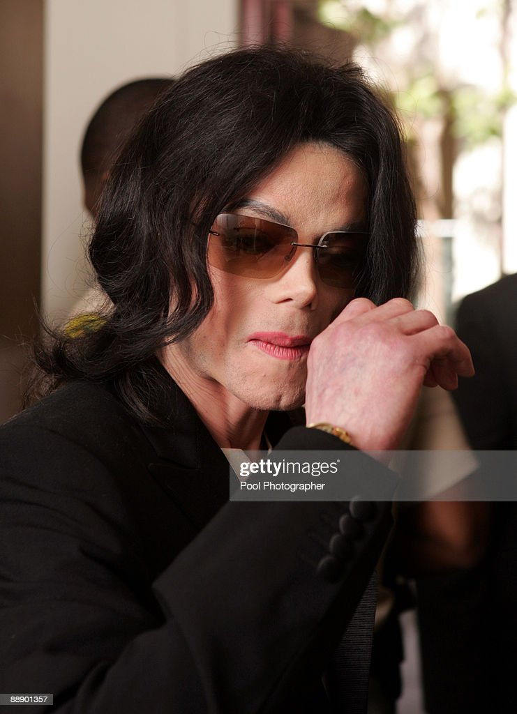 Michael Jackson enters the courtroom after ariving late at Santa Barbara County Superior Court on March 10, 2005 in Santa Maria, California.