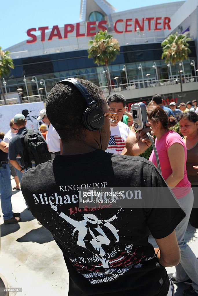 A Michael Jackson fan outside the Staples Center, which will be the site of a memorial service for the musical legend after his recent death, in Los Angeles on July 5, 2009. A total of 1.6 million people scrambled for tickets to Jackson's memorial service, officials said as the probe into the singer's death zeroed in on the role of drugs. The vast majority of applicants will be disappointed as only 11,000 tickets are available for Tuesday's service, along with another 6,500 to watch a live video feed at a neighboring venue. AFP PHOTO/Mark RALSTON