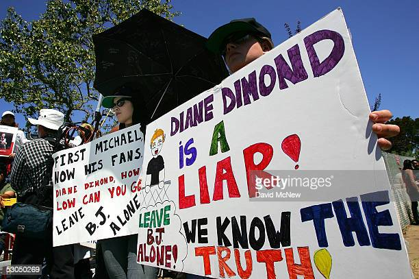 Michael Jackson fans hold up messages of support for fellow Jackson fan BJ Hickman at the Michael Jackson child molestation trial at the Santa...