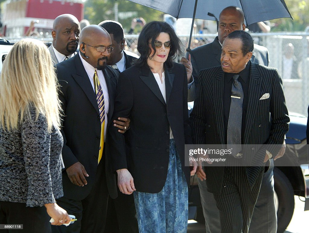 Michael Jackson is escorted into the court house by his security and father Joe Jackson after arriving late at Santa Barbara County Superior Court on March 10, 2005 in Santa Maria, California.