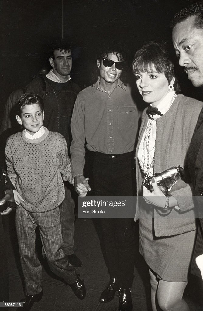 "Michael Jackson and Liza Minnelli Attending 1988 Performance of ""The Phatom of the Opera"" : News Photo"
