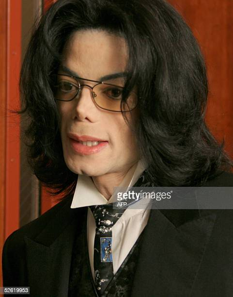 Michael Jackson reenters the courtroom after a break during his molestation trial at the Santa Barbara County courthouse 12 April 2005 in Santa Maria...