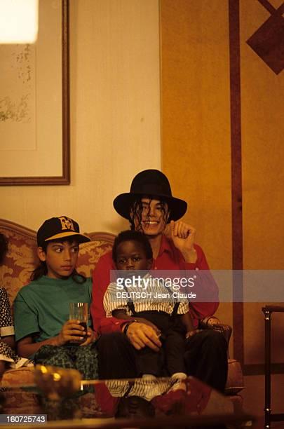 Michael Jackson Tour In Africa Libreville au Gabon 14 février 1992 A l'occasion de sa tournée africaine assis à côté de Brett BARNES 11 ans portant...