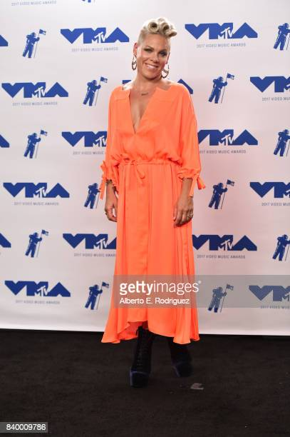 Michael Jackson Video Vanguard Award recipient Pink poses in the press room during the 2017 MTV Video Music Awards at The Forum on August 27 2017 in...