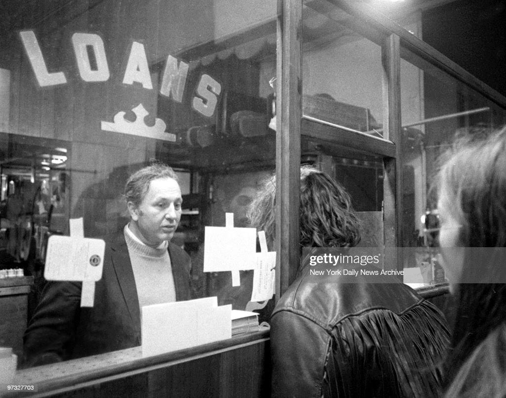 Michael James Brody Jr. looks in on pawnbroker Harry Friedma : ニュース写真