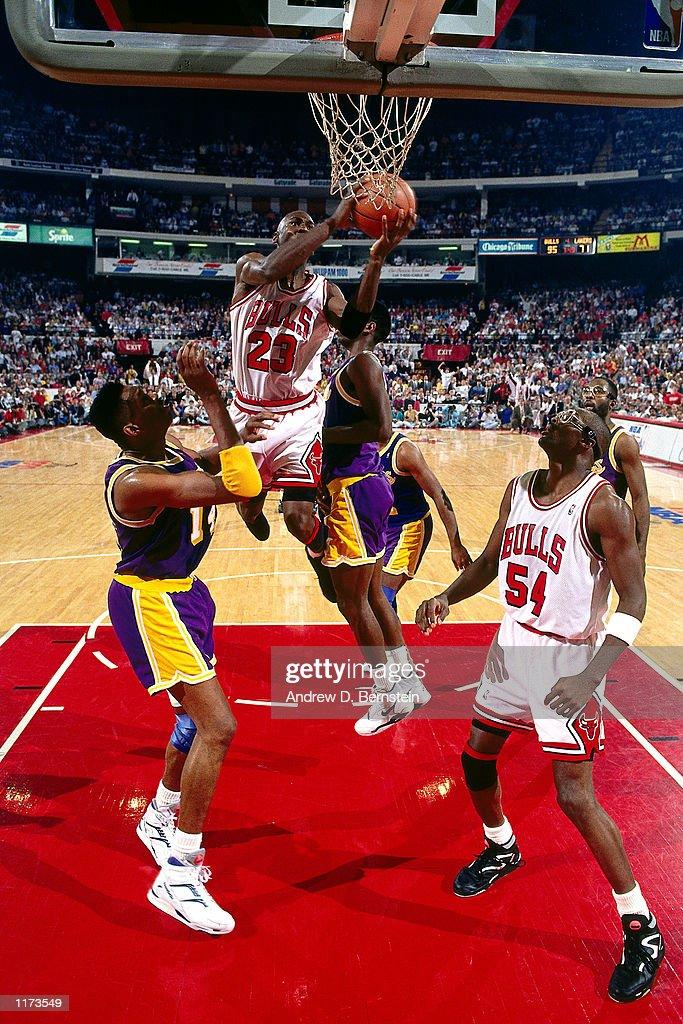 1991 NBA Finals - Game 2:  Los Angeles Lakers v Chicago Bulls : News Photo