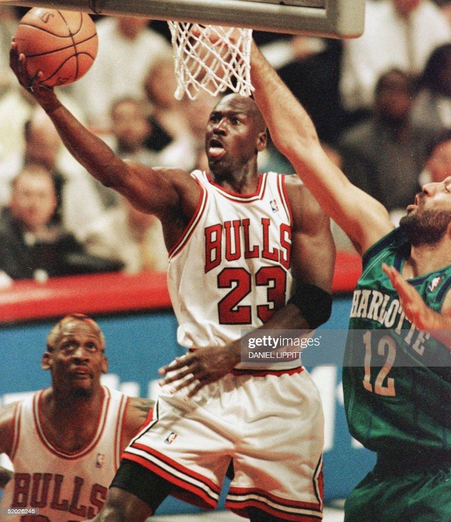 Michael Jordan (C) of the Chicago Bulls drives pas : News Photo