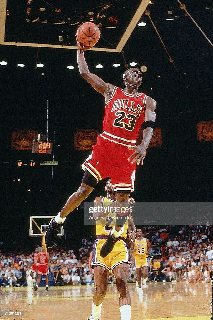 Michael Jordan of the Chicago Bulls goes for a dunk against the Los... ニュース写真   Getty Images