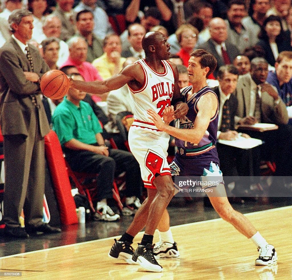 Michael Jordan (L) of the Chicago Bulls is guarded : News Photo