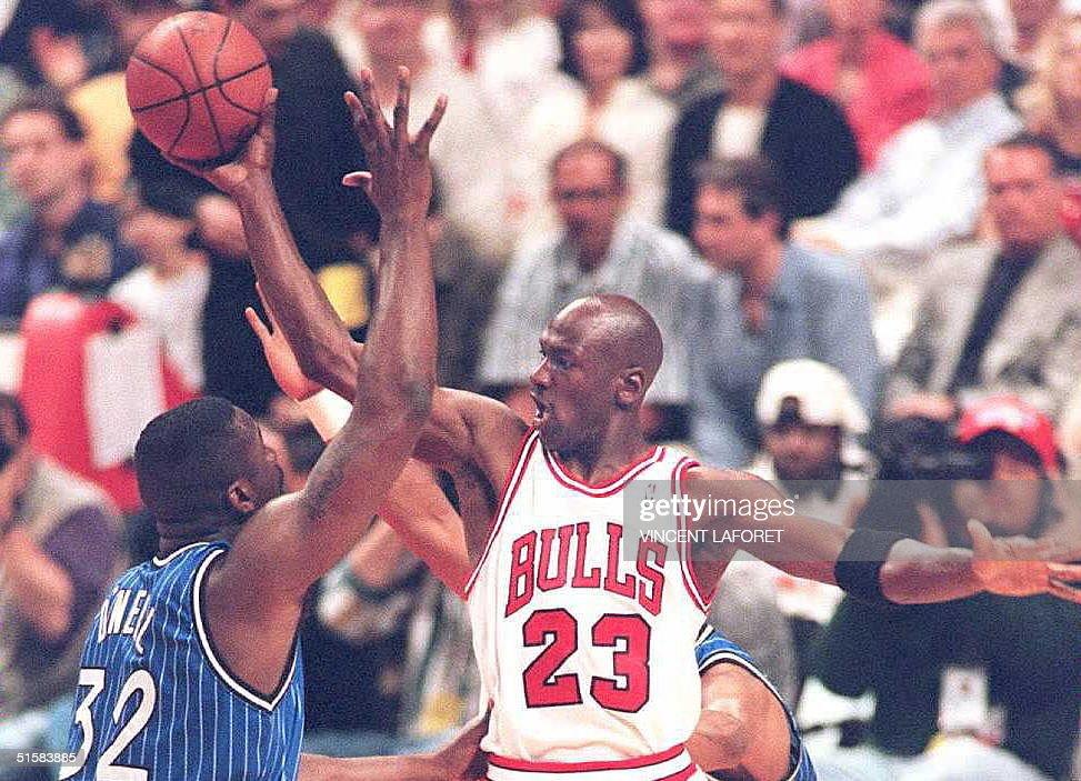 Michael Jordan of the Chicago Bulls (R) passes the : News Photo