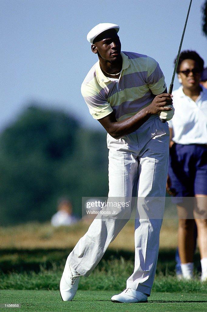 Michael Jordan plays golf : News Photo