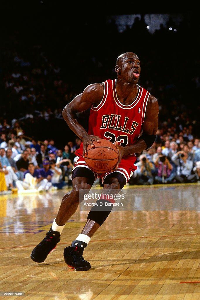 Chicago Bulls v Los Angeles Lakers - NBA Finals Game Three : Fotografía de noticias
