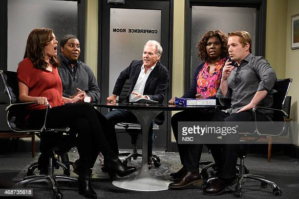 LIVE Michael Keaton Episode 1679 Pictured Cecily Strong Kenan Thompson Michael Keaton as Mr Wallace Leslie Jones and Beck Bennett during the Ad...