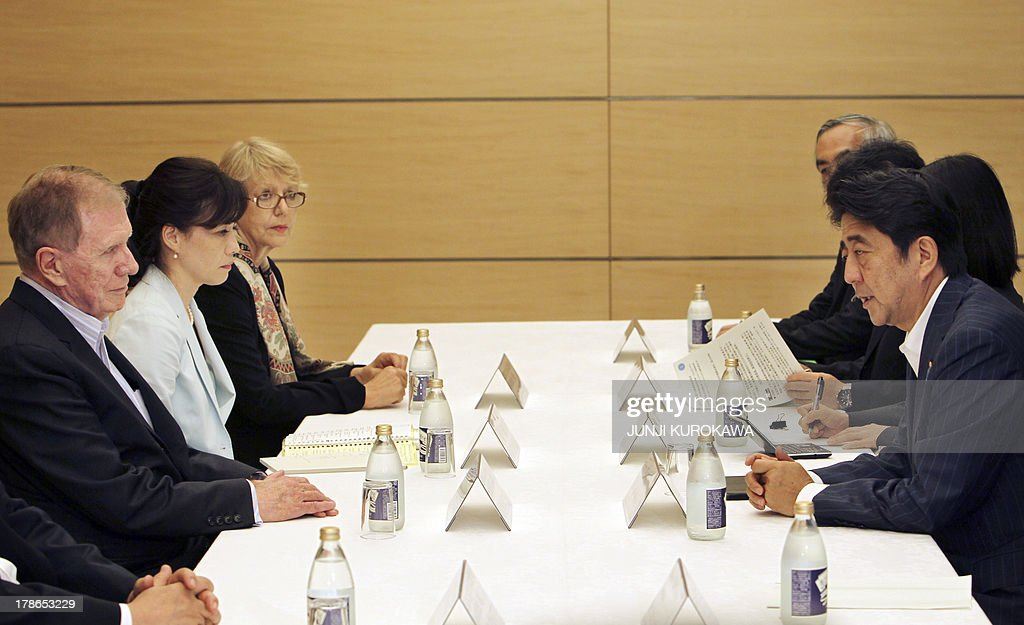 Michael Kirby of Australia (L), chairman of a UN commission investigating human rights violations in North Korea meets with Japan's Prime Minister Shinzo Abe (R) during their talks at Abe's Office in Tokyo on August 30, 2013. AFP PHOTO / POOL / Junji Kurokawa