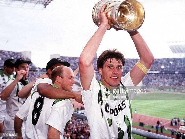 FINALE 1995 in Berlin MOENCHENGLADBACH WOLFSBURG 30 Michael KLINKERT mit POKAL