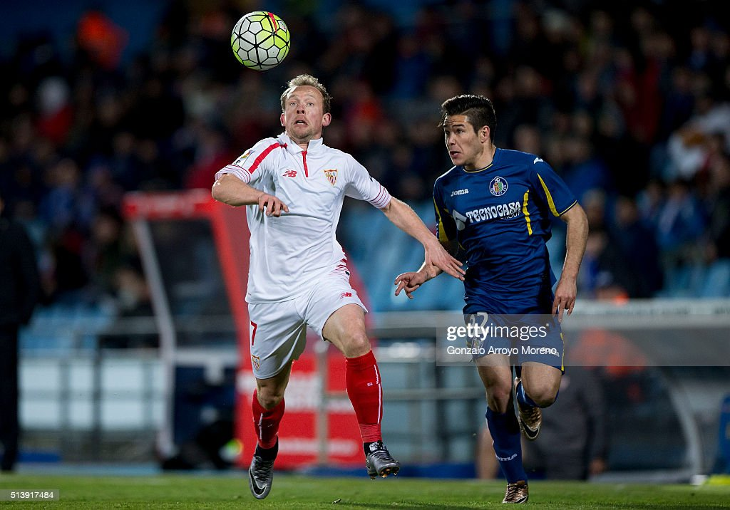 Michael Krohn-Dehli (L) of Sevilla FC competes for the ball with Emiliano Buendia (R) of Getafe CF during the La Liga match between Getafe CF and Sevilla CF at Coliseum Alfonso Perez on March 5, 2016 in Getafe, Spain.