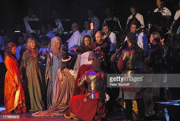 """Michael Mendl , davor: Johnny Logan als """"König Arthur"""" und Judy Weiss , Deutschlandpremiere """"Excalibur - Die musikalische Auferstehung einer Legende""""..."""