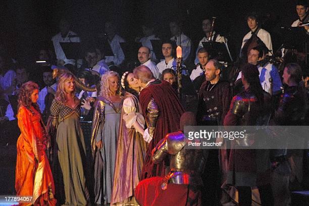 Michael Mendl davor Johnny Logan als König Arthur und Judy Weiss Deutschlandpremiere Excalibur Die musikalische Auferstehung einer Legende von Alan...