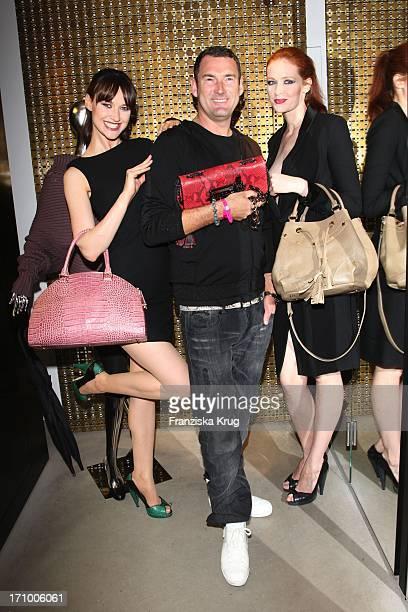 Michael Michalsky Mit Zwei Models Bei Der Präsentation Der Herbst-Winter-Kollektion Von Mcm Bei Der Vogue Fashion'S Night Out In Berlin