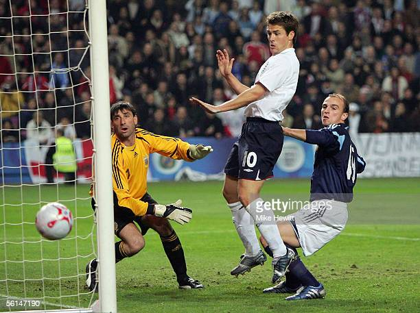 Michael Owen of England goes close as Roberto Abbondanzieri and Esteban Cambiasso look on during the International friendly match between England and...