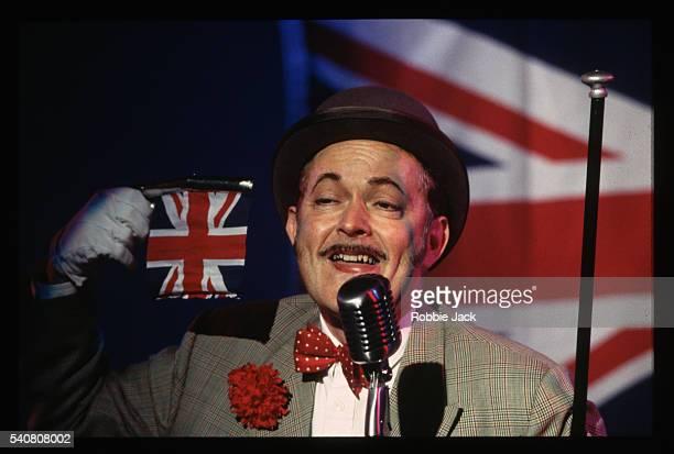 michael pennington in 'the entertainer' - robbie jack stock-fotos und bilder