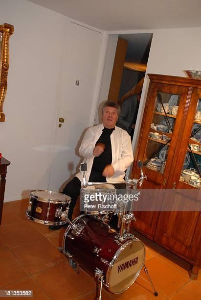 Michael Schanze am Schlagzeug seines Sohnes F l o r i a n Party zum 60 Geburtstag von Michael Schanze München Bayern Deutschland Feier Spaß Sänger...