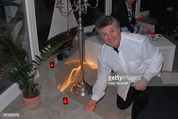 Michael Schanze dahinter Sohn Florian Party zum 60 Geburtstag von Michael Schanze München Bayern Deutschland Feier Kerzen aufbauen Sänger Moderator