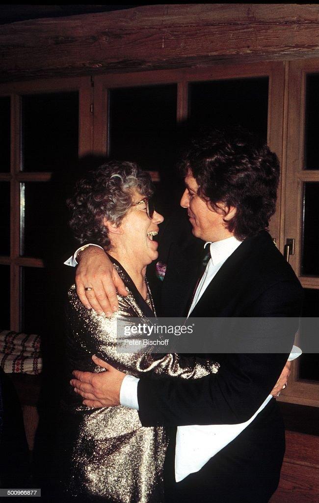 Michael Schanze, Mutter Ursula Schanze,, ; 40. Geburtstag von M.Schanze, Golf; Club/Tutzingen, umarmen, Promi, Foto: P.Bischoff,