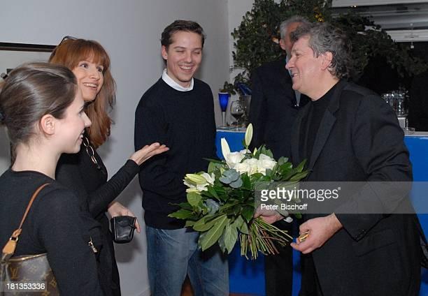 Michael Schanze Sohn Sebastian PartyGäste Party zum 60 Geburtstag von Michael Schanze München Bayern Deutschland Feier Blumenstrauß Lilien Vater...
